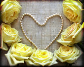 Yellow roses and heart from perls — Stock Photo