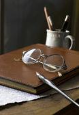 Busines concept avec des lunettes retro, cahier, stylo à encre — Photo
