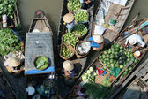 Floating fruit and vegetable market — Stock Photo