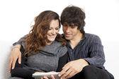 En amor par usando un equipo tablet pc — Foto de Stock