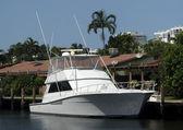Boat in a backyard dock. — Stock Photo