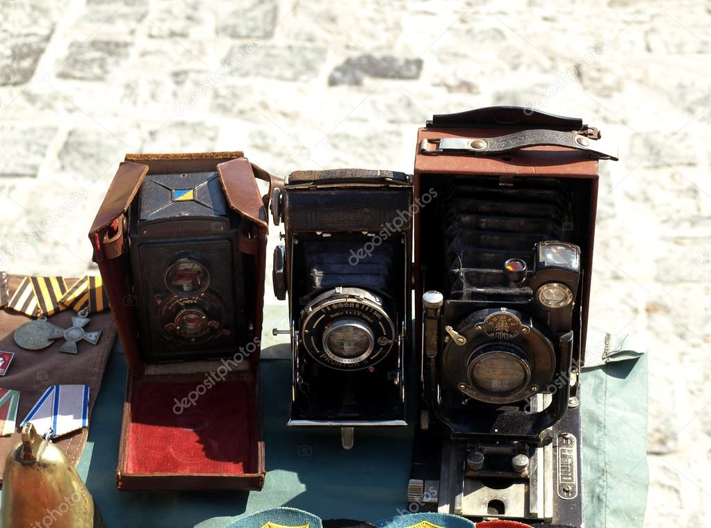 Three antique camera and medals sold at the flea market — Foto Stock #13347050