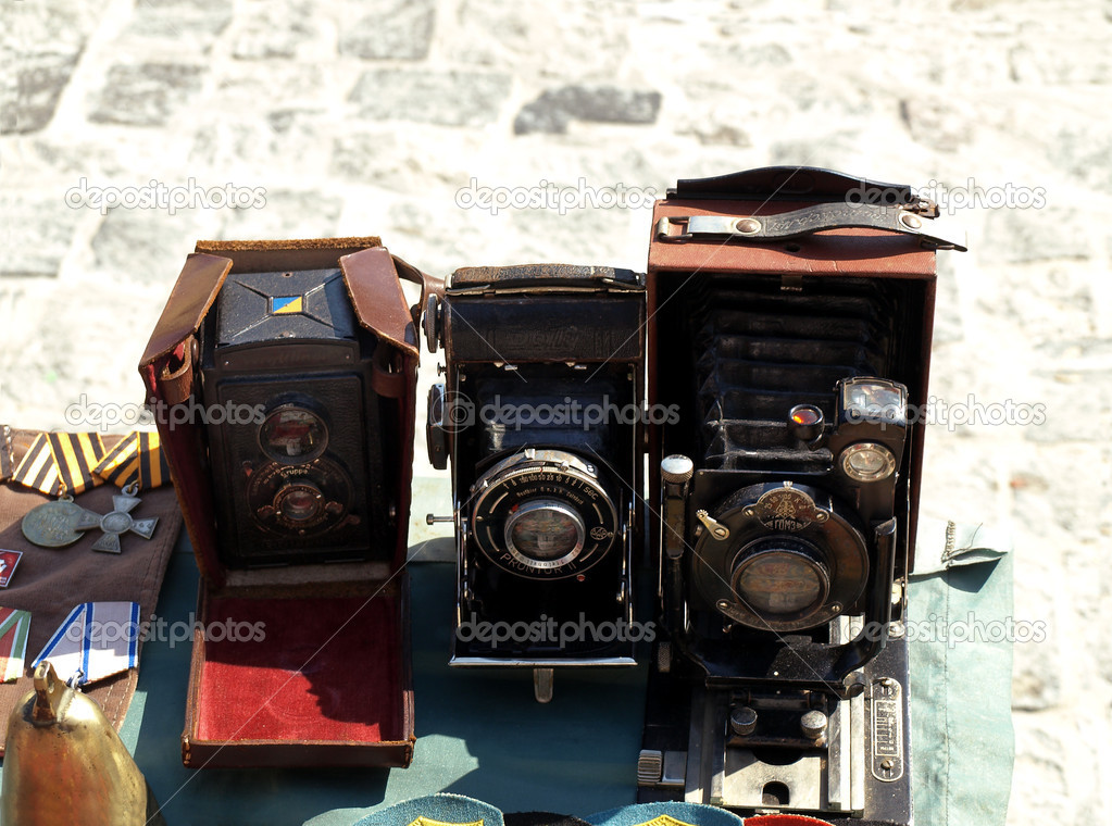 Three antique camera and medals sold at the flea market — Stock fotografie #13347050