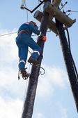 Elettricista lavora all'altezza — Foto Stock