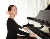 Piyano çalan bir genç kız — Stok fotoğraf