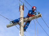 Yükseklik araçlar yardımı olmadan çalışan elektrikçi — Stok fotoğraf