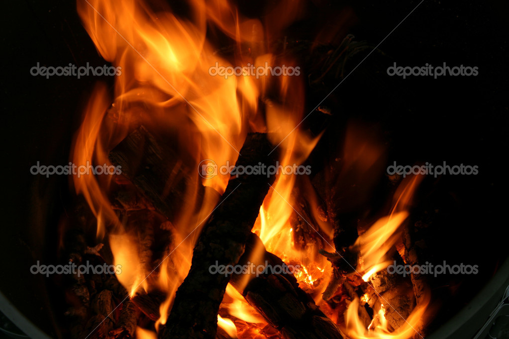 Flames and smoldering wood in a cauldron — Stock Photo #14408115