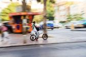 Andare in bicicletta in città — Foto Stock