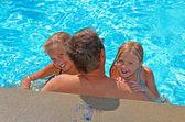 дети с отцом в бассейне — Стоковое фото