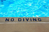 Warning sign by swimming pool — Stock Photo