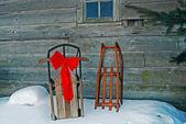 Gamla slädar i snö — Stockfoto