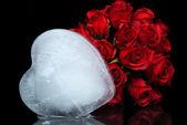 Derretendo o gelo coração com rosas — Foto Stock
