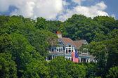 Luksusowy dom z flagą — Zdjęcie stockowe