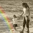 Mother and child walking the beach — ストック写真