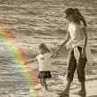 Foto Stock: Mother and child walking the beach