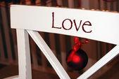 在厨房的椅子上的圣诞节装饰品 — 图库照片