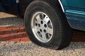 Reifenpanne am Fahrzeug — Stockfoto