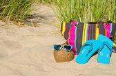 Coconut with sunglasses on beach — Stockfoto