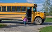 Meisje afstappen van bus van de school — Stockfoto