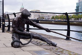 Dublin, Linesman statue Liffey — Stock Photo