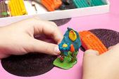 Le mani di bambini fare una plastilina — Foto Stock