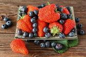 Ripe strawberries and blueberries — Stock Photo