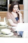 Mujer usando su laptop en cocina — Foto de Stock