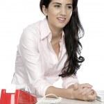 vrouw zat op drukke bureau — Stockfoto