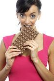 女人吃巧克力棒 — 图库照片
