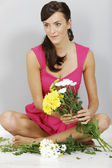 Woman flower arranging — Stok fotoğraf