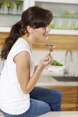 Evde salata yiyen kadın — Stok fotoğraf