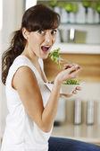 女人在家里吃沙拉 — 图库照片