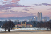 Image of Denver at sunrise with Rocky Mountains in the background. — Stock Photo