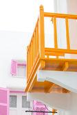Casa bianca con il colore arancione del balcone — Foto Stock