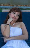 Kvinna sitter på stol stranden och tänkande — Stockfoto