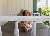 Mulher jogando móvel em sofá-cama na varanda — Foto Stock