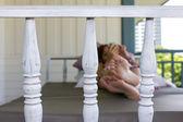Närbild schäslong på balkong och kvinna bakgrund — Stockfoto