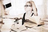 Ilustraciones en estilo retro, chica en la biblioteca — Foto de Stock