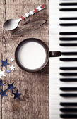 Melk en pianoforte — Stockfoto