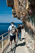 Tourists on via del amore - Cinque terre — Stock Photo