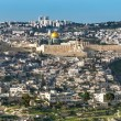 Panorama from Mount of Olives with the Dome of the rock and the old city walls in Jerusalem — Stock Photo