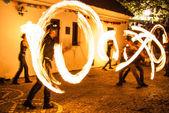 Yangın ile gece dans — Stok fotoğraf