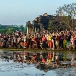 turisty čekajícími na východ slunce na angkor wat — Stock fotografie #40949893