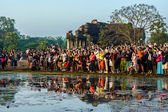 Tourists waiting for sunrise at Angkor Wat — Stock Photo