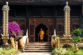 在一座神庙的台阶上坐着的老和尚 — 图库照片