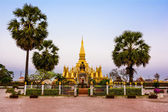 King Setthathirat statue and Pha That Luang stupa — Stock Photo