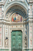 Bronze door and mosaics of cathedral in Florence — Stock Photo