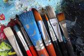 Closeup di pennelli sporchi sulla tavolozza — Foto Stock