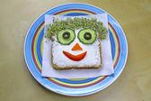 Sándwich de forma cara divertida para los niños en placa — Foto de Stock