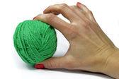 Mão de mulher com gren novelo de lã para tricô isolado no branco — Fotografia Stock